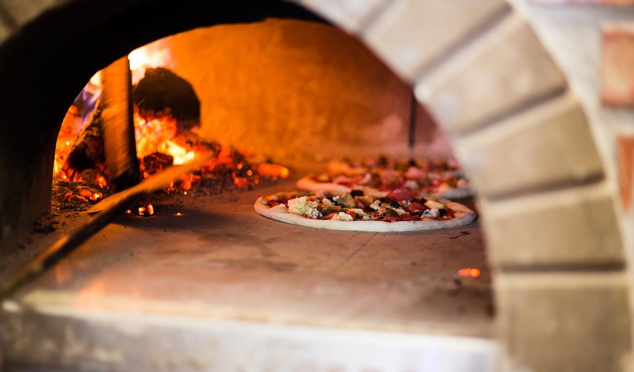 Wyposażenie do pizzerii: piece do pizzy opalane drewnem. Pizzeria Koszalin