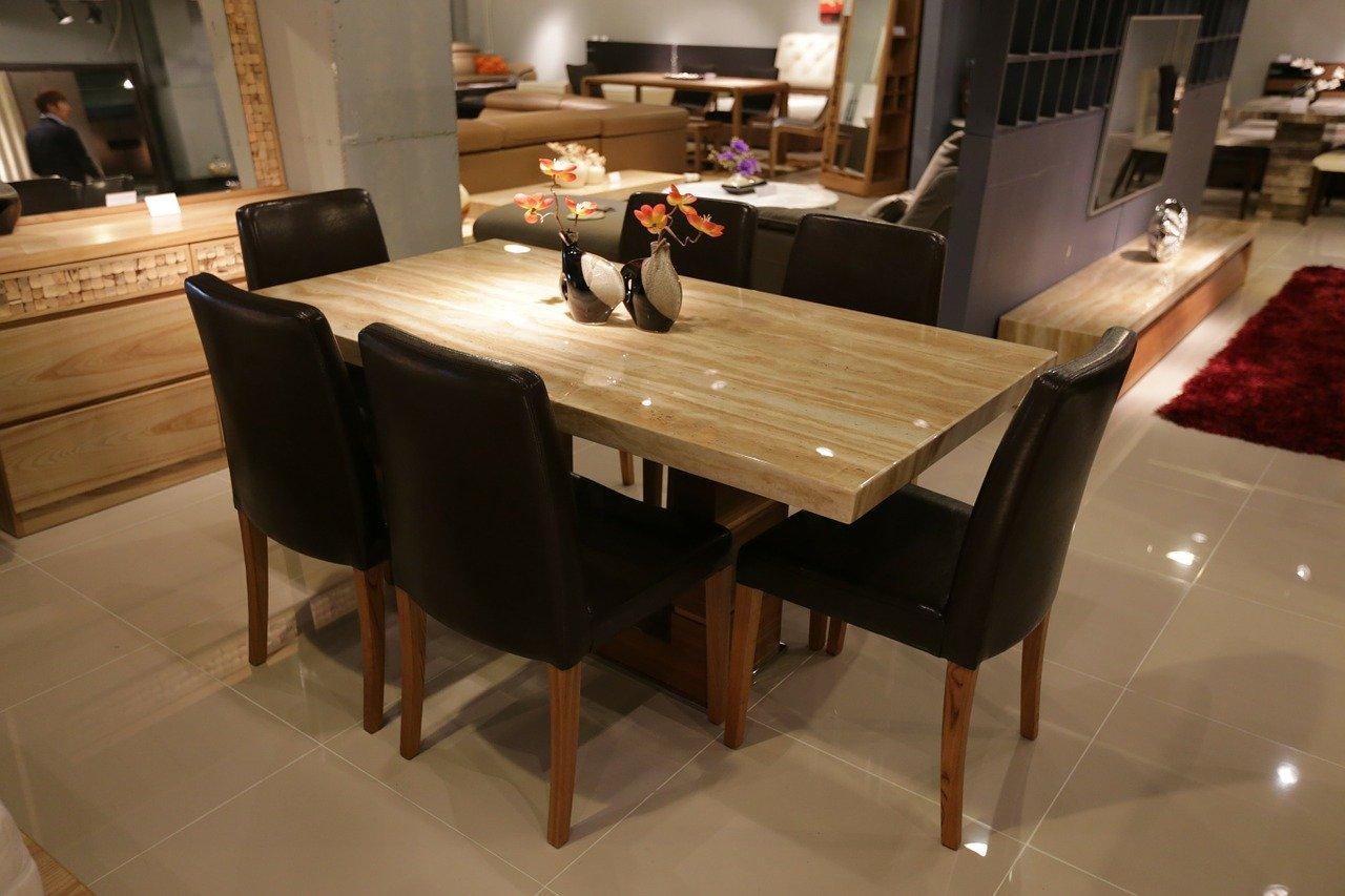 Dekoracja stołu w salonie na co dzień