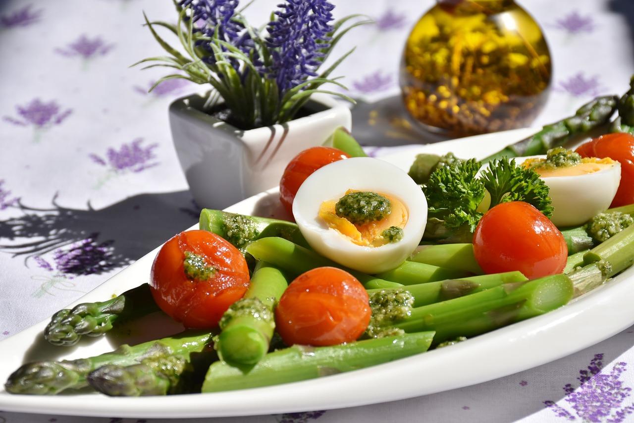 Dietetyczne i smaczne danie ze szparagami. Sprawdź, jak przygotować zdrowy posiłek.